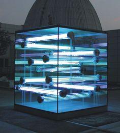 Glaskubus der TU München mit aussteifenden Glasröhren Die geklebte Konstruktion mit Lichtinstallation zeigt, wie schön Glas sein kann.