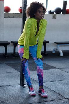 Mit dem Reebok-Style bringst du bei deiner Laufrunde Farbe auf die Straße! Besonders cool ist die Tight mit dem frischen Alloverprint, die schon beim Anschauen gute Laune macht. Das Langarmshirt in hellem Gelb sorgt dafür, dass du nicht übersehen wirst.