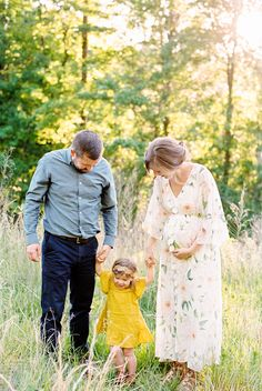 love this idea for maternity session with older sibling & husband Maternity Photography Poses, Maternity Poses, Maternity Portraits, Family Photography, Friend Photography, Sibling Poses, Toddler Photography, Maternity Outfits, Boudoir Photography
