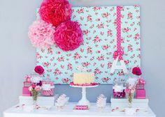 Decoração de festa com um toque Vintage / POMPOMS feitos com papel de seda! / Biscoitos Decorados/ Tabletes de Chocolate / Cupcakes recheados