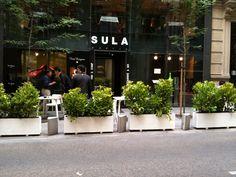 En la calle Jorge Juan de Madrid, se consigue el objetivo de aislar de los coches y conseguir un ambiente acogedor #jardineras #jardinerasparaterrazas #mobiliariourbano