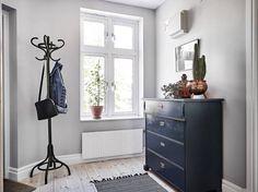 Helrenoverad trea med ostört läge i Majorna - Stadshem Entrance Ways, Nordic Style, Dresser As Nightstand, Scandinavian Interior, Interiores Design, Table, Room, Inspiration, Furniture