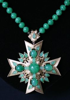 SIGNED TRIFARI MALTESE CROSS MAT GOLD & JADE GLASS DECORATION & BEAD NECKLACE