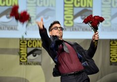 受け取りたい! バラの花を客席に投げるロバート・ダウニー・Jr - Kevin Winter Getty Images main