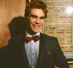 Major heart eyes for KJ Apa. Archie in Riverdale ❤ Kj Apa Riverdale, Riverdale Archie, Riverdale Cast, Vanessa Morgan, College Football, Le Rosey, Beautiful Men, Beautiful People, Betty Cooper