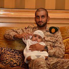 Rashid bin Mohammed bin Hamad Al Sharqi con su tío, Ahmed bin Mohammed bin Rashid Al Maktoum, graduación de Ahmed, 04/05/2016. Vía: latifa.mrm