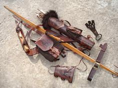 Multifunctional Tooled Leather Quiver Set Holding por MadeOfLeather