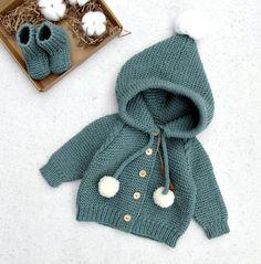 Knit Baby Pants, Baby Boy Cardigan, Knit Baby Sweaters, Knitted Baby Clothes, Cardigan Sweaters, Baby Boy Knitting, Knitting For Kids, Crochet For Kids, Baby Knitting Patterns