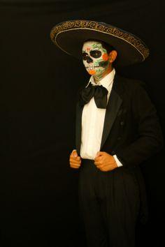 Mariachi disfrazado de catrín para el Día de los Muertos en Xcaret.