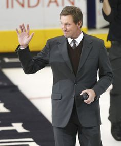 Hockey legend Wayne Gretzky waves before the start of game Game 3 of the NHL Stanley Cup hockey finals between the Los Angeles Kings and the New Jersey Devils at the Staples Center in Los Angeles, June 4, 2012. REUTERS/Mike Blake (UNITED STATES - Tags: SPORT ICE HOCKEY)
