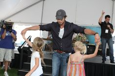 "Chuck Wicks dancing with a few ""little"" fans at CMA Music Fest 2010."