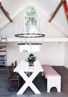 """""""Kyrkan"""" som familjen kallar sitt fina extrarum   i ladan är möblerat med ärvda stolar. Bordet är ett..."""