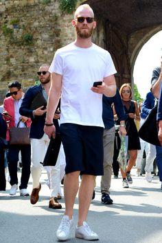 白Tシャツ×ショートパンツ