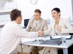 Pewnym krokiem na rozmowę o pracę. Jak przygotować się do rozmowy kwalifikacyjnej? Więcej na: http://www.krawatimuszka.pl/etykieta-w-biznesie/pewnym-krokiem-na-rozmowe-kwalifikacyjna/