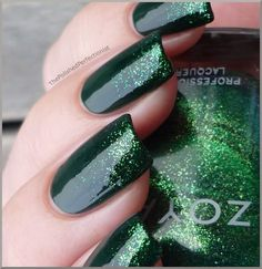 glossy emerald + glittery tips Usually not a van of green but I really like theses(could use for a poison ivy costume) Dark Green Nails, Dark Nails, White Nails, Green Nail Designs, Nail Art Designs, Nails Design, Prom Nails, Wedding Nails, Glitter Nails
