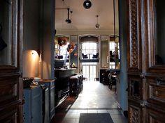 """Cafe Hadleys Hamburg Café; Beim Schlump 84a Wie füllt man einen Raum, der vor über einem Jahrhundert als """"Vereinshospital am Schlump von 1890"""" die Pforten öffnete?"""