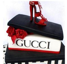 Sandalo rosso sulla torta fashion di compleanno