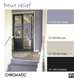 La porte noire donne de la profondeur à cette harmonie féminine très lumineuse de Bleu Podestat, blanc et beige. www.chromaticstore.com