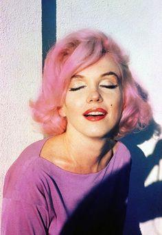 Marilyn Monroe-NOT this is Marilyn with photoshopped pink hair.Marilyn never had pink hair. Divas, Greta, Marlene Dietrich, Norma Jeane, Mode Vintage, Brigitte Bardot, Twiggy, Vintage Glamour, Vintage Pink