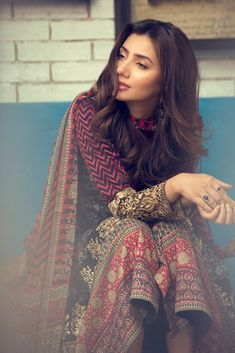 Pakistani Actor (also starred in Raees with SRK in Bollywood) Mahira Khan in beautiful Pakistan Desi Fashion vi Pakistani Bridal Dresses, Pakistani Outfits, Indian Dresses, Indian Outfits, Pakistani Couture, Pakistan Fashion, India Fashion, Asian Fashion, Women's Fashion
