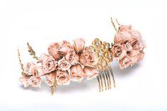 Arranjo de cabeça lindo, em tons de dourado e com flores em tons rosé com pente…