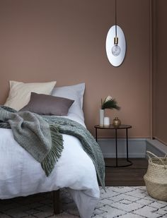Soveværelse med rødbrun terracotta-farvet væg