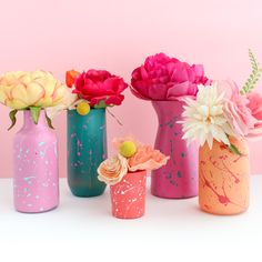 Upcycle your plain old vases (or hit up the thrift store) by adding paint and then a layer of splatter paint in bright colors. Diy Craft Projects, Diy Crafts For Kids, Bottle Painting, Diy Painting, Bottle Art, Diy Flowers, Flower Vases, Diy Painted Vases, Old Vases