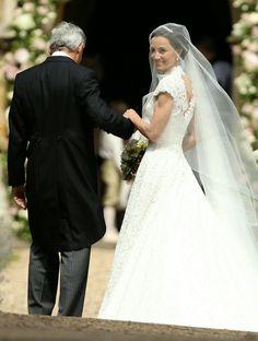 #PippaMiddleton (in #GilesDeacon) at her wedding to #JamesMatthews! • • • • • #PippaMiddleton (de #GilesDeacon) em seu casamento com #JamesMatthew!