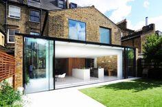 renoviertes haus-hintere fassade-garten essbereich küche modern schiebetür glas