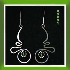 Zelené boční vlnky Náušnice jsou ručně tepané se zeleným skleněným korálkem vyrobené z Osteofixu, drátku který se používá např. při výrobě rovnátek, a proto je vhodný i pro řadu alergik Zobrazený pár je 4,5 cm dlouhý (bez háčku). Háček je vyroben rovněž z Osteofixu a v ceně jsou i silikonové pojistky proti ztrátě náušnic. Na přání můžu vyrobit i tzv. ...