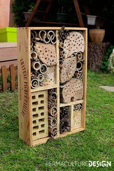 Comment faire découvrir la permaculture aux enfants? Un article du site http://www.permaculturedesign.fr/ Ici un hôtel à insectes pour son jardin en permaculture.