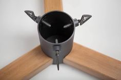 Stojak choinkowy. Stal z drewnem litym. Pulverbeschichtete Stahl mit Massivholz.