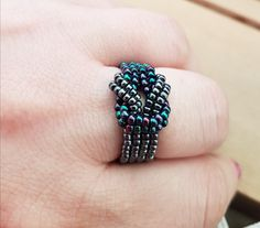 Discover 5 free flat peyote stitch patterns using techniques like peyote stitch and odd count peyote, as well as flat even count peyote tutorials. Bead Jewellery, Seed Bead Jewelry, Seed Bead Earrings, Crystal Jewelry, Beaded Earrings, Jewelery, Beaded Bracelets, Diy Beaded Rings, Diy Rings