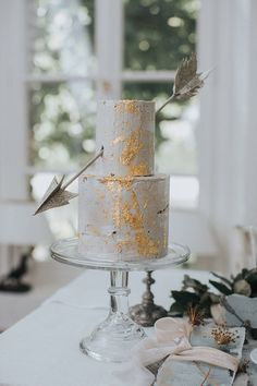 The romantic boho inspirational shoot that we are sharing today with you, has a sense of Greece. The ancient Greek wedding dress and the magnificent bridal, Burgundy And Grey Wedding, Blue Grey Weddings, Navy Blue Wedding Cakes, White And Gold Wedding Cake, Wedding Turquoise, Wedding Orange, Native American Wedding, Celestial Wedding, Gold Cake