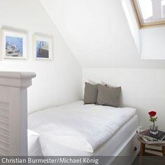 Das Bett in diesem Durchgangszimmer ist besonders hoch gewählt um den Ruhenden eine kleine ungestörte Oase zu ermöglichen.