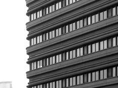 Dettaglio del sistema compositivo a fasce orizzontali del Residence Porta Nuova (1967-1973) di Marco Zanuso e Pietro Crescini, in via Melchiorre Gioia 6. Sullo sfondo, si scorge il Grattacielo Pirelli (foto di Alessandro Sartori). #Milano, #Architettura, #Zanuso, #Residence.