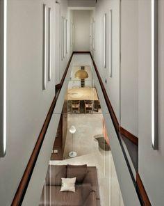 couloir avec un plancher en verre, idée insolite couloir moderne de couleur blanc, murs blancs