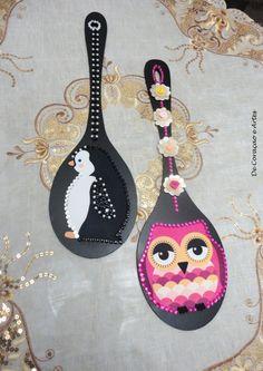 PEÇAS ÚNICAS! <br> <br>Estas lindas colheres de pau decorativas , são muito lindas. Não é? <br> <br>Você pode colocá-las em sua cozinha para alegrar o ambiente. <br> <br>São em M.D.F, pintadas em tinta de artesanato preto, com apliques em tecido decorativo. <br> <br>Tanto o pinguim e como a corujinha, são temas bem apropriados para decorar cozinhas. <br> <br>Não deixe de comprar, pois são as duas últimas peças. <br> <br>O valor de cada peça é de vinte reais.