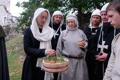 Blanche von Eschenbach erzählt Wissenswertes über Heil- und Färbepflanzen. Workshop about medecine plants. Comthurey Alpinum, 1180 a.D. Reenactment.