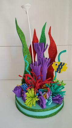 Surpreenda seus convidados com este belíssimo centro de mesa. Mermaid Theme Birthday, Little Mermaid Birthday, Little Mermaid Parties, The Little Mermaid, Barbie Birthday, Calin Gif, Diy For Kids, Crafts For Kids, Under The Sea Crafts