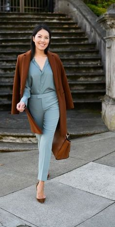 15 Stunning Casual Work Outfits For Women - Eweddingmag.com Young Work Outfit, Comfy Work Outfit, Casual Work Outfits, Work Casual, Cropped Blazer, Winter Jackets Women, Office Fashion, Get Dressed, Fashion Forward