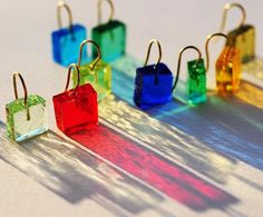 Francesca Mo Orecchini con vetri lavorati montati su filo d'oro 18 K. Possibilità su richiesta di scelta tra diverse tonalità di colore. Dimensioni: 1 cm Peso: 3 gr