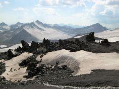 Россия, Южный склон Эльбруса. Застывшая лава, вулканический пепел и вечный ледник. Совершенно космический пейзаж.