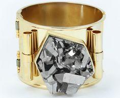 Francesca Romana Diana - A pulseira Minério tem titânio metalizado dentro de uma forma geométrica