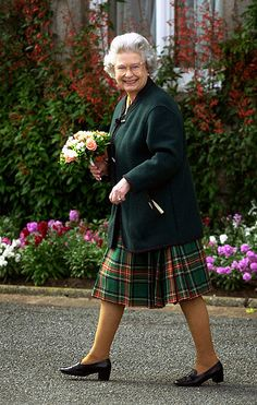 """The Queen at Balmoral Castle after inspecting the civilian """"Streetsville Pipes and Drums"""" band from Mississauga, Ontario, Canada, following a parade on the castle lawns, August 2000.© Press Association"""