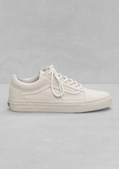 VANS Lace-up leather sneakers in an off-white hue. These 'old school'- influenced shoes have the brand-logo attached on the back of the heel.