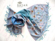 pañuelo bordado a mano de lana, chal tejido de lana de color azulcon finos bordados,