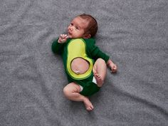' Holidays ' Adorable Baby Halloween costumes that will make you go awww. There's something so fun about adorable babies in Halloween costumes! These pictures of Halloween Baby Costumes are sure to make you smile. Baby Costumes For Boys, Baby Halloween Costumes For Boys, Cute Costumes, Couple Halloween, Costume Ideas, Halloween Baby Pictures, Primer Halloween, Halloween Mono