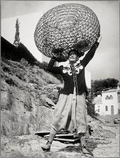Dali portant sur sa tête une nasse de pêcheur comme Hercule le globe  Auteur :  Brassaï (dit), Halasz Gyula (1899-1984)photographe