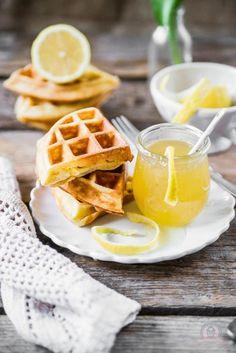Frischkäse-Waffeln mit reichlich Butter, wenig Zucker und warmer Zitronensauce aus Zitronensaft, Zucker und Butter - das-kuechengefluester.de/recipe/frischkaese-waffeln-mit-zitronensauce-waffelsonntag-beim-kuechengefluester/